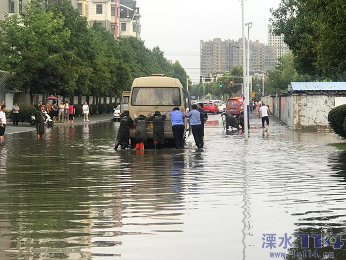 """暴雨来袭汽车抛锚 溧水交警客串""""推车工"""""""