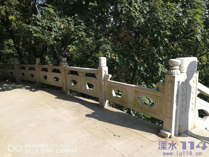 二层上的栏杆也已经有损坏缺失