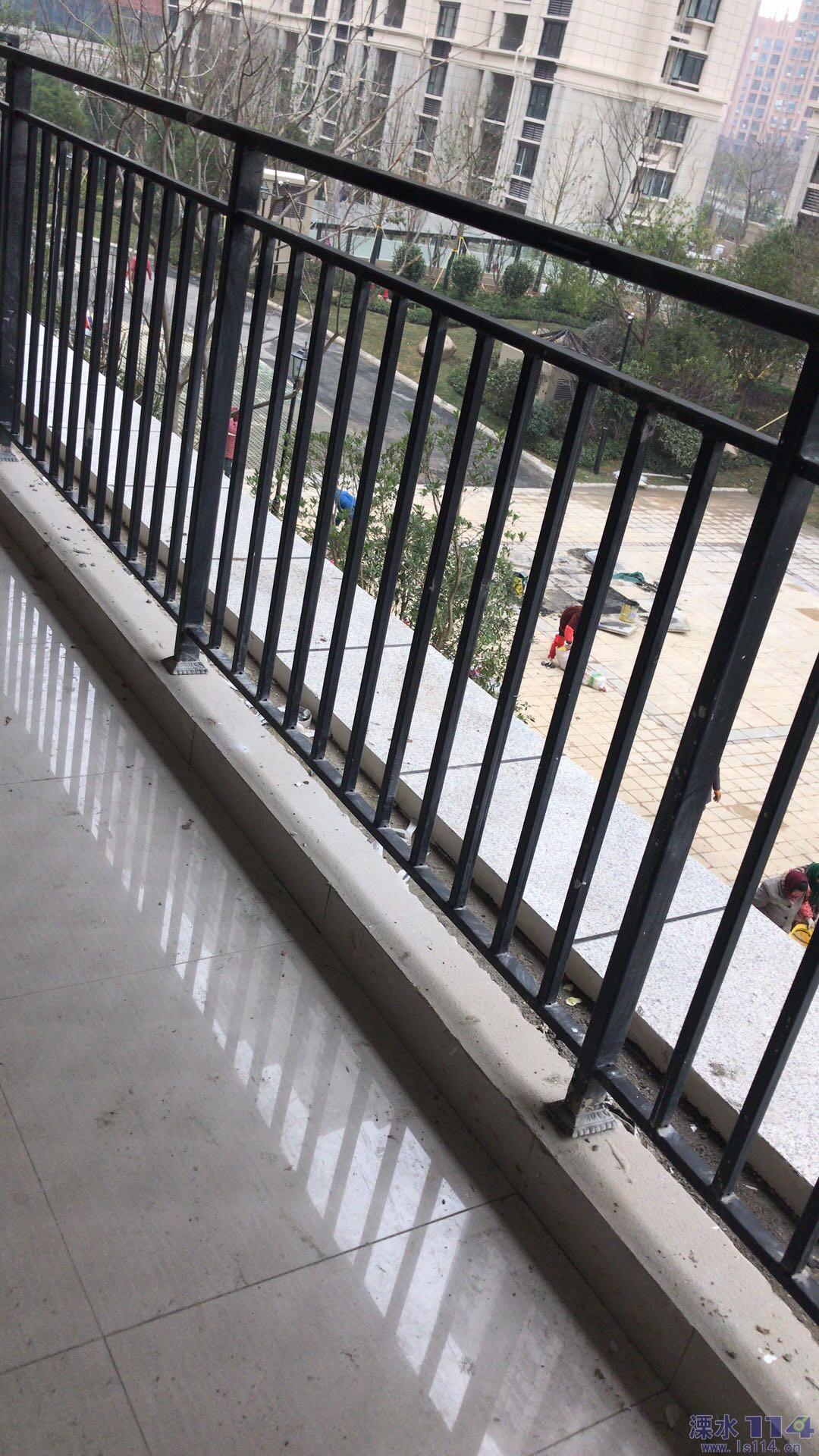 极易腐蚀并且低矮的铸铁栏杆