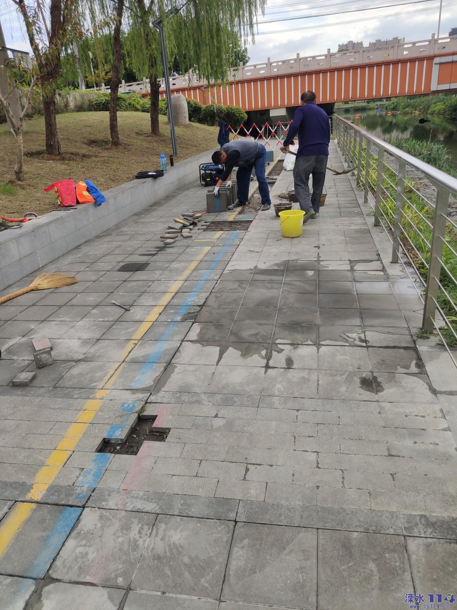 中山河畔的健康步道开始维修了